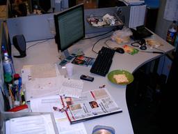Bureau de travail avec ordinateur. Source : http://data.abuledu.org/URI/5319bc88-bureau-de-travail-avec-ordinateur