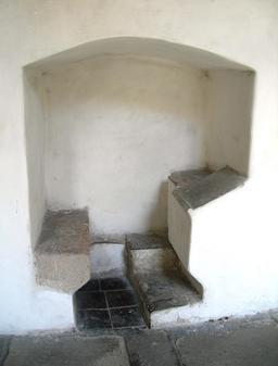 Bureau médiéval en pierre. Source : http://data.abuledu.org/URI/5319c486-bureau-medieval-en-pierre
