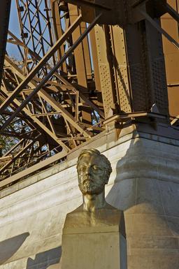 Buste d'Eiffel par Bourdelle. Source : http://data.abuledu.org/URI/53e331a6-buste-d-eiffel-par-bourdelle
