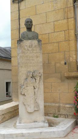 Buste d'Yvon Delbos à l'hôtel de ville à Montignac-24. Source : http://data.abuledu.org/URI/5994e331-buste-d-yvon-delbos-a-l-hotel-de-ville-a-montignac-24