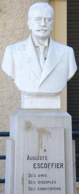 Buste du cuisinier Escoffier. Source : http://data.abuledu.org/URI/529f06f4-buste-du-cuisinier-escoffier