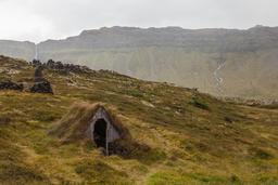 Cabane souterraine recouverte d'herbe en Islande. Source : http://data.abuledu.org/URI/551fce99-cabane-souterraine-recouverte-d-herbe-en-islande