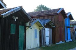 Cabanes en bois du port de Biganos-33.. Source : http://data.abuledu.org/URI/55bb94d1-cabanes-en-bois-du-port-de-biganos-33-
