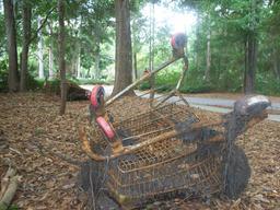 Caddy rouillé abandonné en forêt. Source : http://data.abuledu.org/URI/5319fbb0-caddy-rouille-abandonne-en-foret