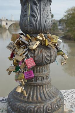 Cadenas d'amour au Pont Milvius à Rome. Source : http://data.abuledu.org/URI/54bfe686-cadenas-d-amour-au-pont-milvius-a-rome