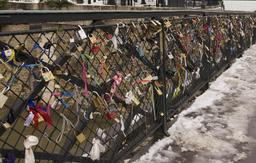 Cadenas d'amour sur le pont de l'archevêché à Paris. Source : http://data.abuledu.org/URI/53e3a33b-cadenas-d-amour-sur-le-pont-de-l-archeveche-a-paris