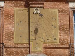 Cadran solaire sur la place nationale de Montauban. Source : http://data.abuledu.org/URI/571aaa94-cadran-solaire-sur-la-place-nationale-de-montauban