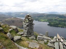 Cairn dans la région des Lacs en Angleterre. Source : http://data.abuledu.org/URI/551b0777-cairn-dans-la-region-des-lacs-en-angleterre