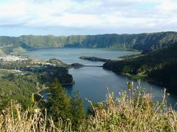 Caldeira de Sete Cidades aux Açores. Source : http://data.abuledu.org/URI/508d1dda-caldeira-de-sete-cidades-aux-acores