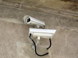 Caméra de surveillance à Cognac. Source : http://data.abuledu.org/URI/53295684-camera-de-surveillance-a-cognac