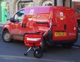 Camionnette et poussette de courrier postal. Source : http://data.abuledu.org/URI/5344158c-camionnette-et-poussette-de-courrier-postal