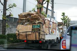 Camions chargés de carton de récupération. Source : http://data.abuledu.org/URI/541209f7-camions-charges-de-carton-de-recuperation