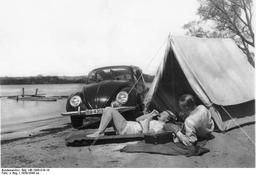 Camping au bord d'un lac allemand en 1938. Source : http://data.abuledu.org/URI/51f1b886-camping-au-bord-d-un-lac-allemand-en-1938