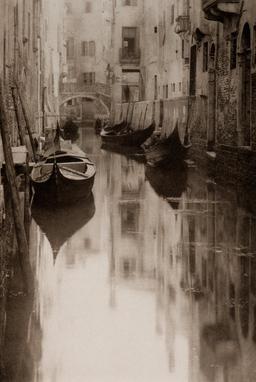 Canal à Venise. Source : http://data.abuledu.org/URI/585f5903-canal-a-venise