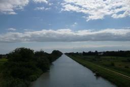Canal du Rhône près de Beaucaire. Source : http://data.abuledu.org/URI/523732cd-canal-du-rhone-pres-de-beaucaire