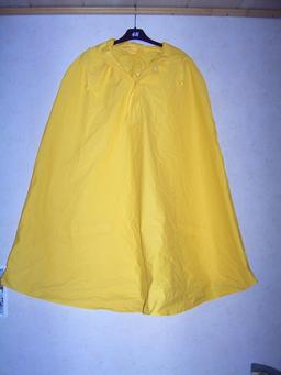 Cape imperméable jaune. Source : http://data.abuledu.org/URI/51019c40-cape-impermeable-jaune