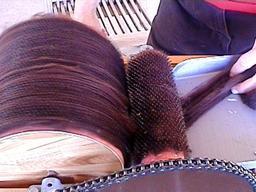 Cardage de laine de lama. Source : http://data.abuledu.org/URI/512a3b81-cardage-de-laine-de-lama