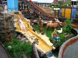 Cascade dans un parc d'attractions. Source : http://data.abuledu.org/URI/53185a1d-cascade-dans-un-parc-d-attractions