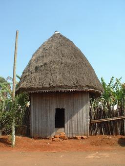Case à la chefferie de Bana. Source : http://data.abuledu.org/URI/52e51cef-case-a-la-chefferie-de-bana