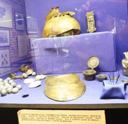 Casque en provenance des recherches archéologiques à Vanikoro. Source : http://data.abuledu.org/URI/596e4a21-casque-en-provenance-des-recherches-archeologiques-a-vanikoro
