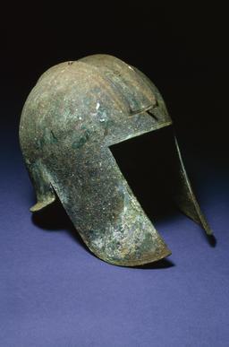 Casque grec en bronze. Source : http://data.abuledu.org/URI/5063322d-casque-grec-en-bronze