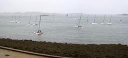 Catamarans amarrés devant l'Aber Wrac'h. Source : http://data.abuledu.org/URI/552441df-catamarans-amarres-devant-l-aber-wrac-h