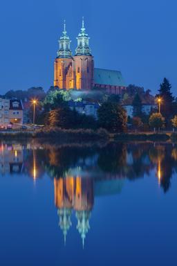 Cathédrale de Gniezno de nuit en Pologne. Source : http://data.abuledu.org/URI/55102fc6-cathedrale-de-gniezno-de-nuit-en-pologne