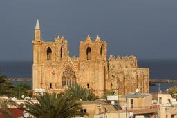 Cathédrale transformée en moquée à Famagouste. Source : http://data.abuledu.org/URI/58cdf299-cathedrale-transformee-en-moquee-a-famagouste