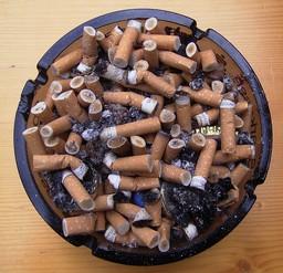 Cendrier plein de mégots et de cendre. Source : http://data.abuledu.org/URI/503d0290-cendrier-plein-de-megots-et-de-cendre
