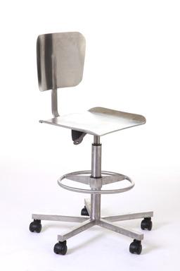 Chaise métallique réglable. Source : http://data.abuledu.org/URI/50394cb2-chaise-metallique-reglable