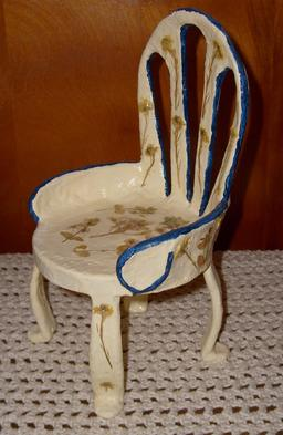 Chaise miniature en papier mâché. Source : http://data.abuledu.org/URI/52f2c2b3-chaise-miniature-en-papier-mache
