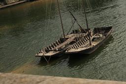 Chalands en bois devant la ville de Tours. Source : http://data.abuledu.org/URI/55dd8b69-chalands-en-bois-devant-la-ville-de-tours