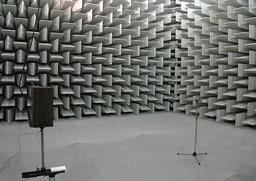 Chambre anéchoïque dite chambre sourde. Source : http://data.abuledu.org/URI/52c4110f-chambre-anechoique-dite-chambre-sourde