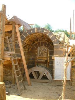 Chantier du château de Guédelon en 2OO5. Source : http://data.abuledu.org/URI/537f93e1-chantier-du-chateau-de-guedelon-en-2oo5