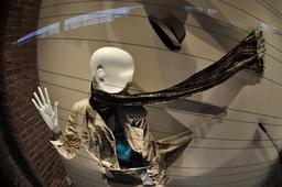 Chapeau et écharpe emportés par le vent. Source : http://data.abuledu.org/URI/533c7219-chapeau-et-echarpe-emportes-par-le-vent