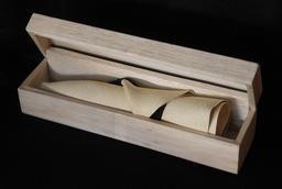 Chapeau panama roulé dans sa boite. Source : http://data.abuledu.org/URI/532dd790-chapeau-panama-roule-dans-sa-boite