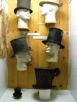 Chapeaux haut de forme noirs. Source : http://data.abuledu.org/URI/50fb2eb4-chapeaux-haut-de-forme-noirs
