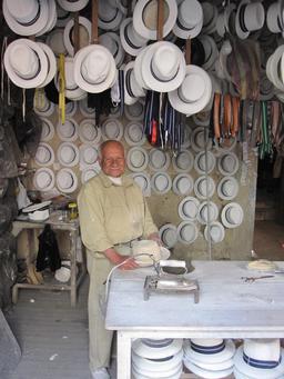 Chapelier en Équateur. Source : http://data.abuledu.org/URI/532dba05-chapelier-en-equateur