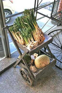Chariot à roulettes en bois. Source : http://data.abuledu.org/URI/5319f6b7-chariot-a-roulettes-en-bois