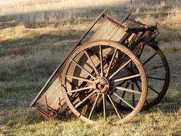 Charrette en bois abandonnée. Source : http://data.abuledu.org/URI/51750628-charrette-en-bois-abandonnee
