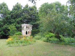 Château d'eau dans le parc du Château Malleret à Cadaujac. Source : http://data.abuledu.org/URI/594eae15-chateau-d-eau-dans-le-parc-du-chateau-malleret-a-cadaujac