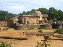 Château de Guédelon en juillet 2009. Source : http://data.abuledu.org/URI/537fbdda-chateau-de-guedelon-en-juillet-2009