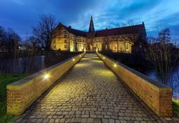 Château de Lüdinghausen de nuit. Source : http://data.abuledu.org/URI/566e5b74-chateau-de-ludinghausen-de-nuit