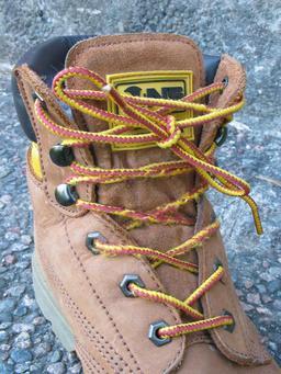 Chaussure montante avec lacet. Source : http://data.abuledu.org/URI/50394697-chaussure-montante-avec-lacet
