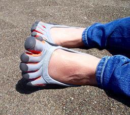 Chaussures-gants. Source : http://data.abuledu.org/URI/50fbc35a-chaussures-gants