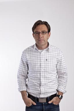 Chemise à carreaux aux manches repliées. Source : http://data.abuledu.org/URI/50fb3cf8-chemise-a-carreaux-aux-manches-repliees
