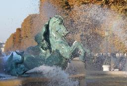 Fontaine des jardins de l'Observatoire. Source : http://data.abuledu.org/URI/53e27d70-cheval-fontaine-fremiet-carpeaux-jpg