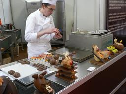 Chocolatier au travail. Source : http://data.abuledu.org/URI/51988b7b-chocolatier-au-travail