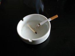Cigarette dans un cendrier. Source : http://data.abuledu.org/URI/503d004f-cigarette-dans-un-cendrier