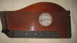 Cimbalom hongrois. Source : http://data.abuledu.org/URI/532c4ac0-cimbalom-hongrois